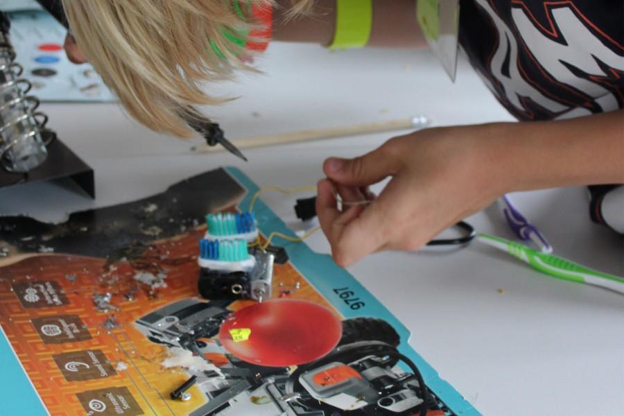 Robotik-Camp: Wir bauen einen Zahnbürsten-Roboter! © Kinderbüro