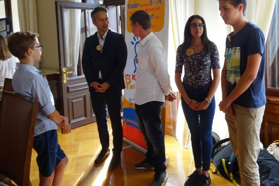 Stadtrat Kurt Hohensinner im Gespräch mit den KinderbürgermeisterInnen  © Kinderbüro – die Lobby für Menschen bis 14
