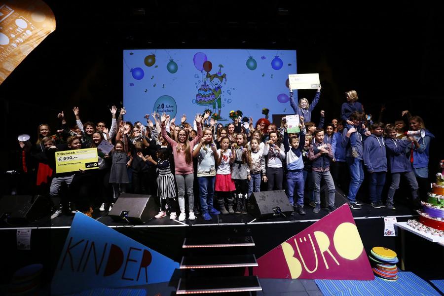 Alle PreisträgerInnen auf einer Bühne! © Kinderbüro – Clemens Nestroy