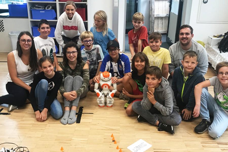 Gruppenfoto mit Roboter © Kinderbüro – Die Lobby für Menschen bis 14