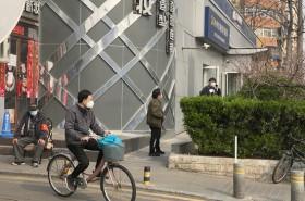 Peking erwacht -  alle tragen Mundschutz © Silke Kicker